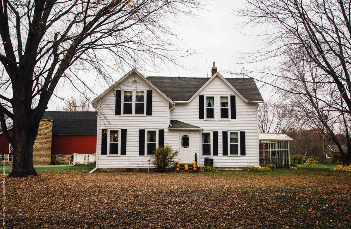 white-farm-house-with-pumpkins-falls-city-wi-historic-city