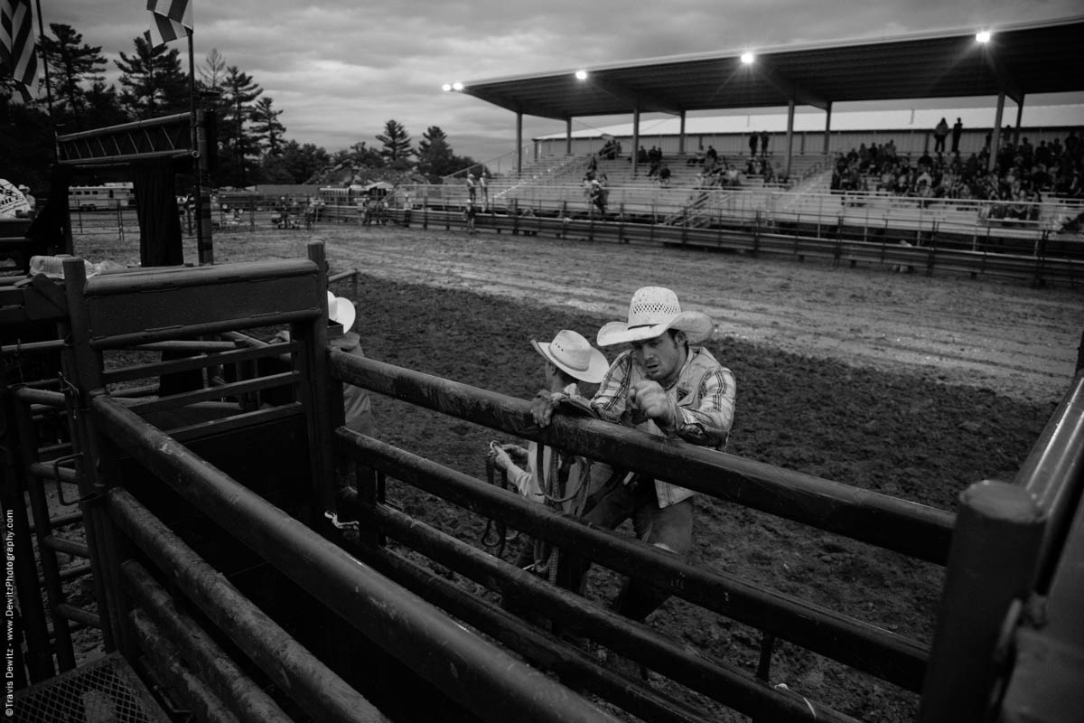 cowboy-climbs-out-of-bull-arena-5048