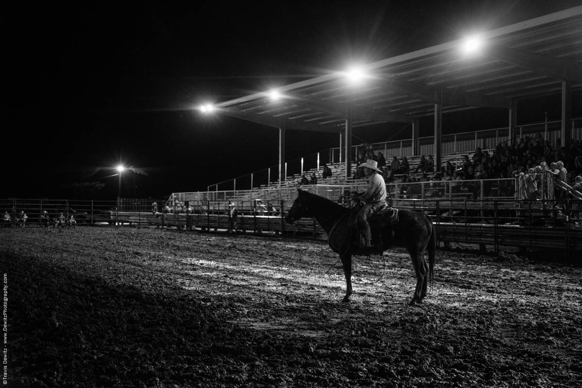 rope-man-sits-on-horse-night-ring-5482