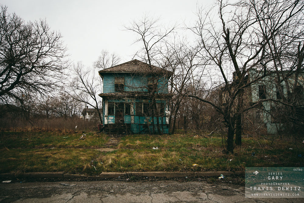 gary_in_abandoned_blue_house_in_ruins_6380_web