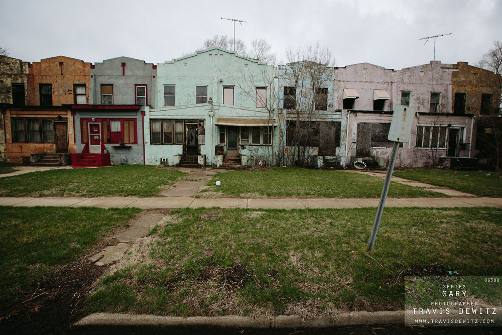 gary_in_row_of_colorful_houses_in_ruins_6390_web