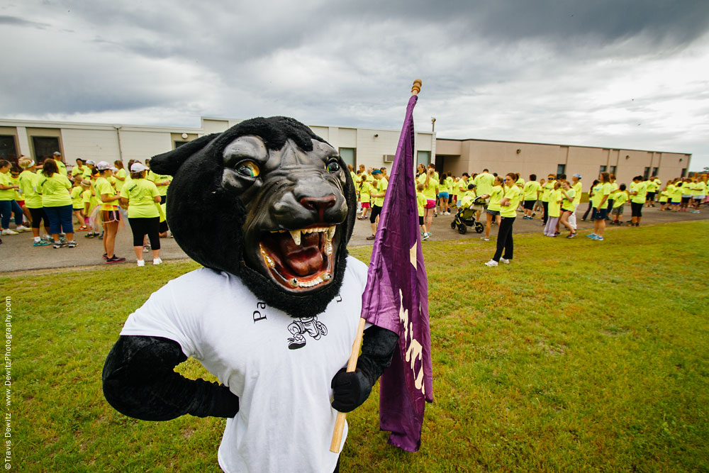 panther_color_run_panther_with_flag_at_start_of_race