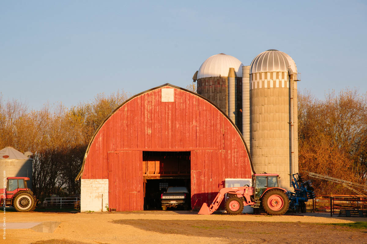 caryville-wi-red-barn-and-farm-tractors