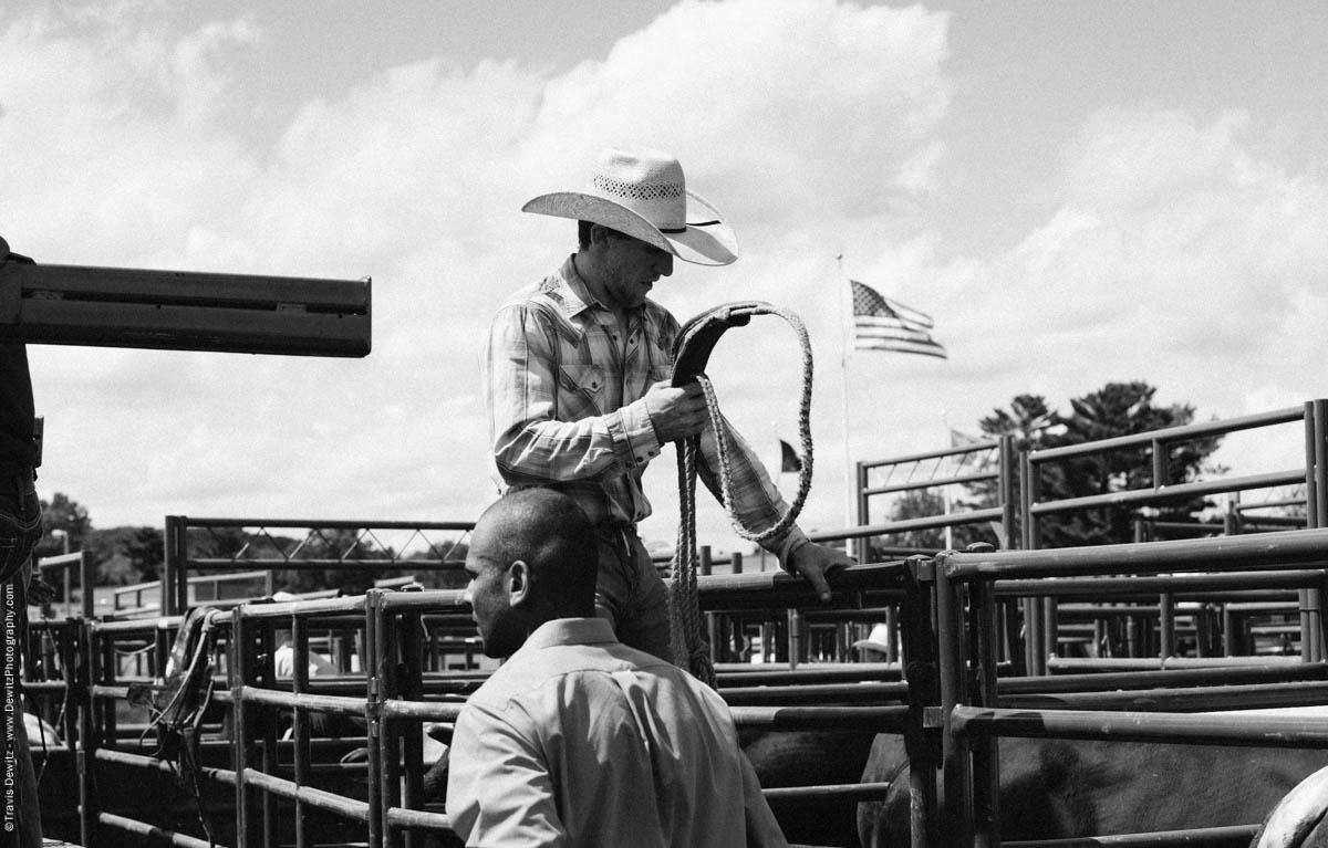 10-Rider Holding Bull Rope-2912