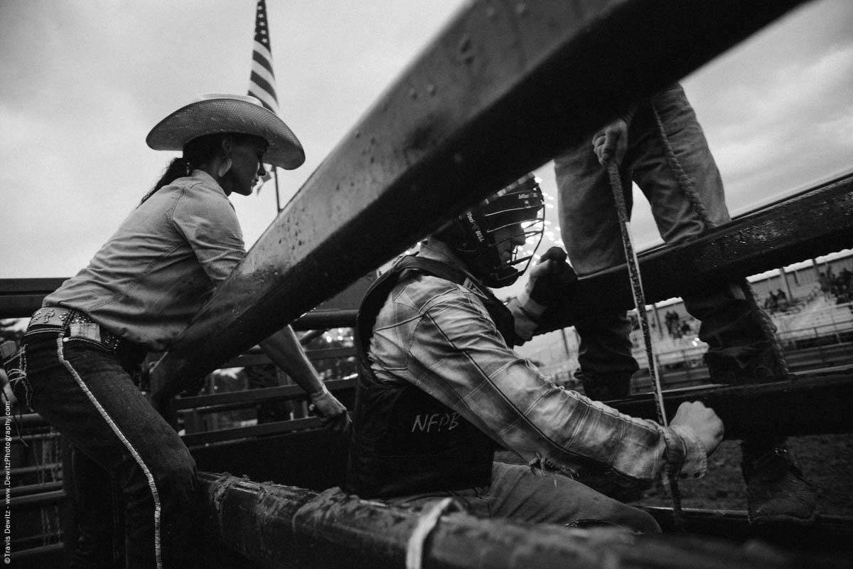 bull-rider-gets-ready-in-chute-4639