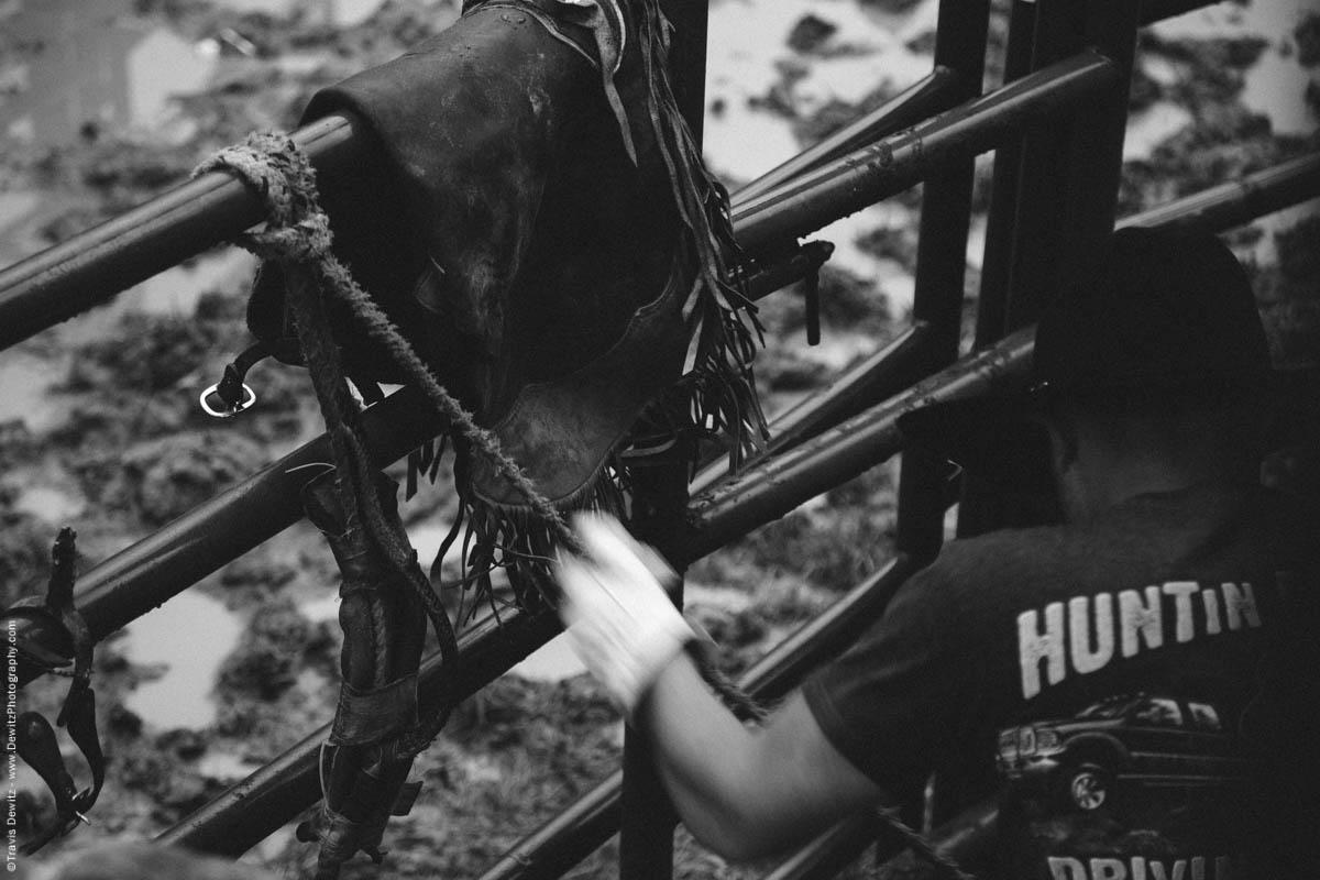 bull-rider-rosining-bull-rope-fence-4487