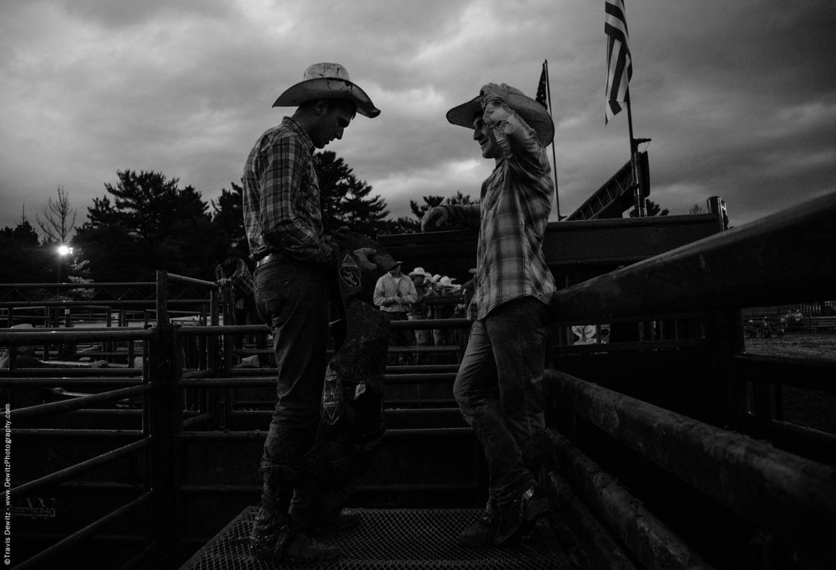 bull-riders-chat-back-pens-5123