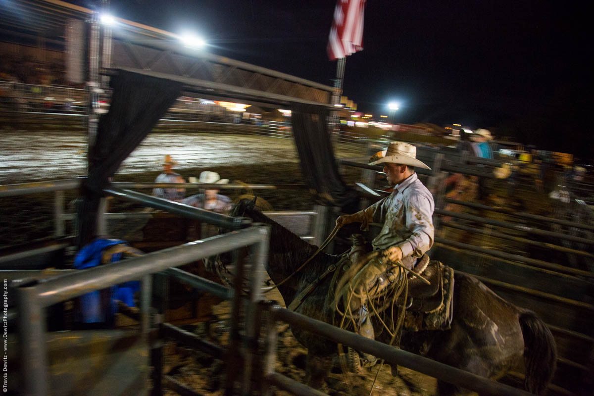 rope-man-rides-horse-night-rodeo-5407